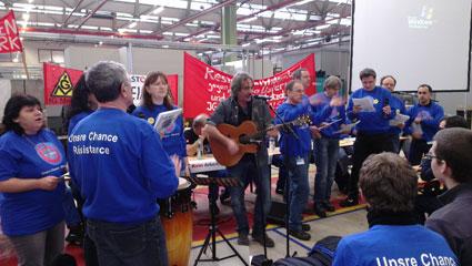 3.2.2015, AlstomChor und Bernd Köhler unterstützen die KollegInnen im Bexbacher Werk, Foto: Avanti²
