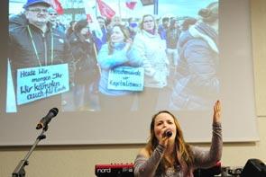 Sängerin von Querbeat auf dem Solifest für die XXXL-KollegInnen am 16. März. Foto: Foto: Helmut-Roos@web.de