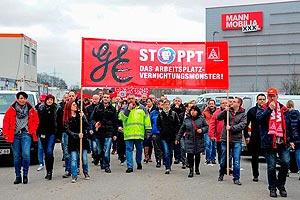 Auf Initiative der IG Metall solidarisieren sich 300 GE-KollegInnen am 4. Februar mit der entlassenen Belegschaft von XXXL in Mannheim. Foto: helmut-roos@web.de