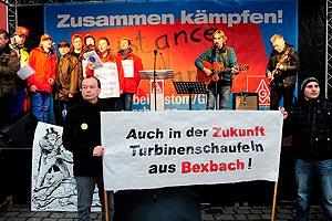 Bei der anschließenden Kundgebung auf dem Marktplatz spielt auch der Mannheimer Musiker Hans Reffert (auf der Bühne rechts), der bald danach tragisch ums Leben kommt. Foto: helmut-roos@web.de