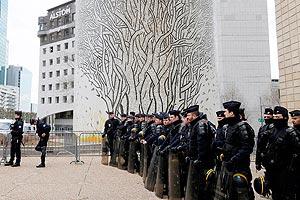 Die Bosse lassen sich schützen – am 08. April in Paris. Foto: Avanti²