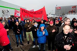 Auf Initiative der IG Metall solidarisieren sich 300 GE-KollegInnen am 4. Februar mit der entlassenen Belegschaft von XXXL in Mannheim. Foto: Avanti²