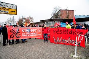 Bei GE Mannheim schützt am 05. Dezember eine Menschenkette symbolisch das Käfertaler Werk. Foto: helmut-roos@web.de