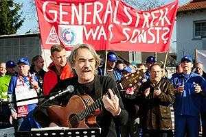 Unterstützung für die von Entlassung bedrohten KollegInnen von Bombardier ist am 17. März 2016 gefragt. Hier der Mannheimer Musiker Bernd Köhler. Foto: helmut-roos@web.de