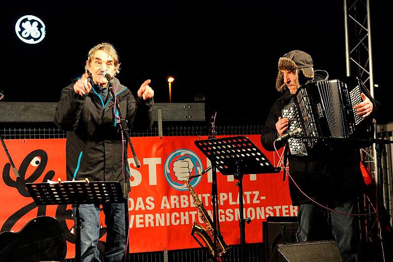 """Musikalisch unterstützen Bernd Köhler und Laurent Leroi den """"Lichterlauf"""" gegen GE-Pläne am 13. Januar 2017. Foto: helmut-roos@web.de"""