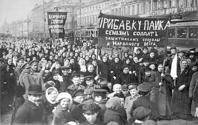 Demonstration von Arbeiterinnen und Arbeitern der Putilow-Werke am 8. März - 23. Februar - 1917. Foto: Gemeinfrei