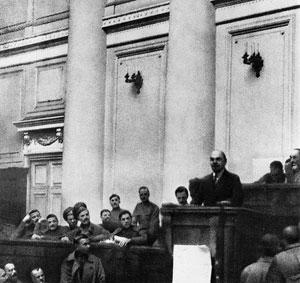 Lenin hält im Taurischen Palais in Petrograd eine Rede vor dem Petrograder Sowjet. (4. April 1917 nach julianischem / 17. April 1917 nach gregorianischem Kalender). Aprilthesen, Foto: Gemeinfrei