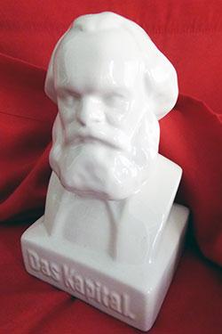 Karl Marx - Das Kapital als Sparbüchse. Foto: Avanti²