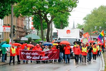 Spitze der 1. Mai-Demo erstmals ohne PolitikerInnen. Foto: helmut-roos@web.de.