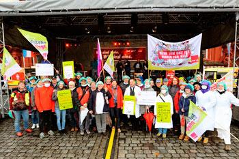 KollegInnen aus dem Gesundheitsbereich für bessere Arbeitsbedingungen. Foto: helmut-roos@web.de.