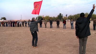 Kurdische AktivistInen bewachen die türkisch-syrische Grenze bei Kobane im November 2014. Foto: Photothèque Rouge/Chris Den Hond.