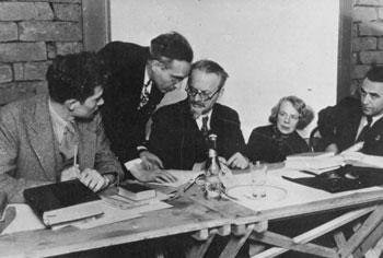 Trotzki bespricht sich mit seinem Anwalt Albert Goldman während der Anhörungen der Dewey-Kommission in Coyoacán, Mexiko. Foto: Privatsammlung.