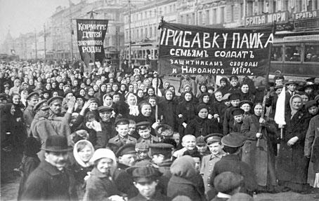 Demonstration von Arbeiterinnen und Arbeitern der Putilow-Werke am 8. März (23. Februar) 1917.  Foto: Gemeinfrei.  100 Jahre russische Februarrevolution war das Thema unserer ISO-Abendveranstaltung am 24.03.2017.