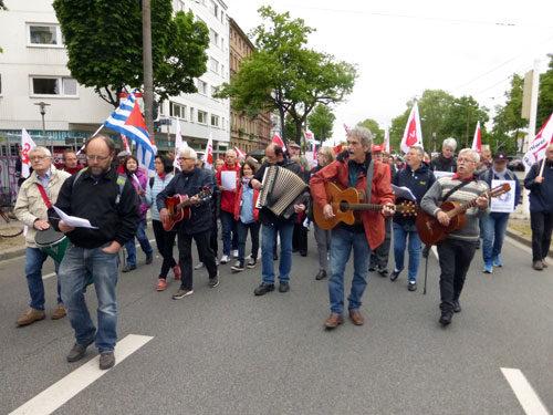 Engagiertes Singen von Liedern der ArbeiterInnenbewegung. (Foto: Avanti²)
