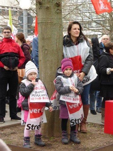 Die jüngsten Beteiligten am Warnstreik des Uni-Klinikums Heidelberg, 25.01.2018 (Foto: Avanti²)