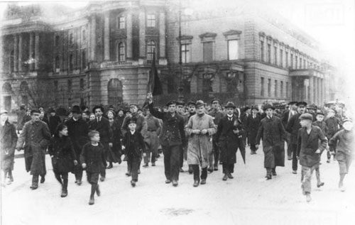 Revolutionäre Demonstranten am 09. November 1918 in Berlin, Unter den Linden (Foto: Bundesarchiv, Bild 183-18594-0045 / CC BY-SA 3.0 DE [CC BY-SA 3.0 de (https://creativecommons.org/licenses/by-sa/3.0/de/deed.en)])