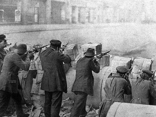 Barrikade während der Januarkämpfe in Berlin, 12. Januar 1919 (Foto:Gemeinfrei)