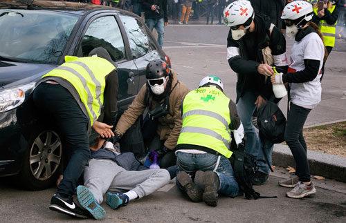 DemosanititäterInnen versorgen einen Verletzten in Paris, 9. Februar 2019 (Foto: Copyright Photothèque Rouge Martin Noda.)
