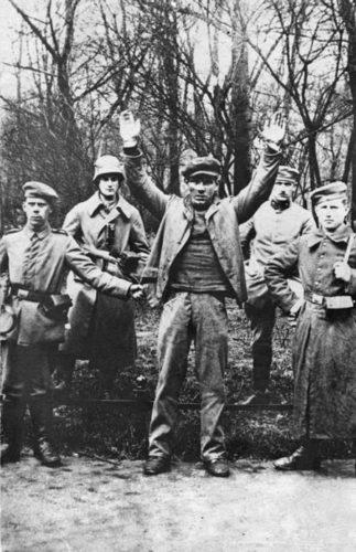 """Der vom konterrevolutionären """"Sicherheits-Bataillon Ulm"""" gefangengenommene 18-jährige Eisendreher Johann Lehner kurz vor seiner Ermordung, 3. Mai 1919 (Abbildung: Bundesarchiv, Bild 146-2004-0048, CC BY-SA 3.0 de)"""