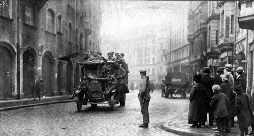 Revolutionäre Soldaten auf einer Patrouillenfahrt in Münchne (Bild: Bundesarchiv, Bild 146-1992-092-04 / CC-BY-SA 3.0)