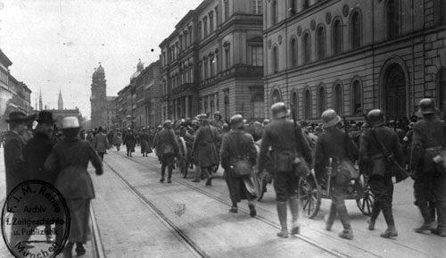 Gegenrevolutionäre Truppen rücken in München ein (Bild: Bundesarchiv, Bild 146-2006-0049 / CC-BY-SA 3.0).