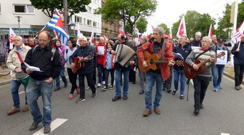 Engagiertes Singen von Liedern der ArbeiterInnenbewegung am 1. Mai 2018 in Mannheim (Foto: Avanti²)