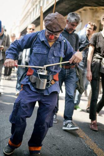 Demonstrierender Clown (Schaufensterpuppe (Copyright Photothéque Rouge Martin Noda)