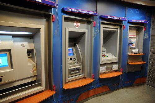 Geldautomaten (Schaufensterpuppe (Copyright Photothéque Rouge MILO)