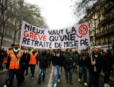 """""""Besser streiken als mit Armutsrenten leben"""" – Streikende Arbeiter in Paris, 17. Dezember 2019 (Foto: Copyright Photothèque Rouge: Martin Noda, Hans Lucas)"""
