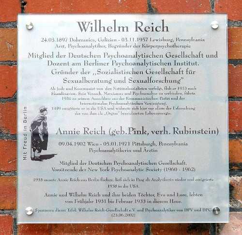 Gedenktafel für Wilhelm Reich und Annie Reich aus der Reieh - Mit Freud in Berlin -, Schlangenbader Straße 87, Berlin-Wilmersdorf. Enthüllt am 23. Juni 2007 (Bild: Axel Mauruszat)