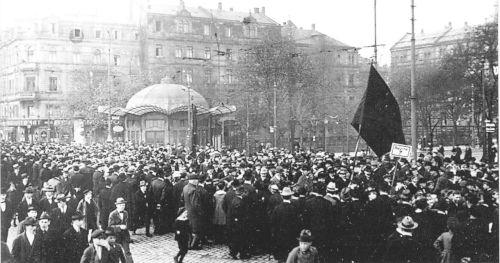 Revolutionäre Demo in Mannheim, November 1918 (Bild: Gemeinfrei)