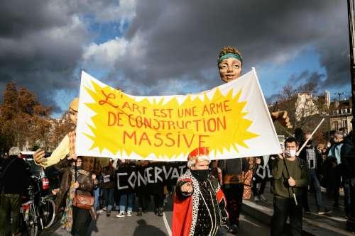 """""""Die Kunst ist eine Waffe der massiven Gestaltung"""" - Demo für die Wiedereröffnung der Kulturräume in Paris, 15.12.2020 (Foto: Copyright  Photothèque Rouge Martin Noda-Hans Lucas)"""