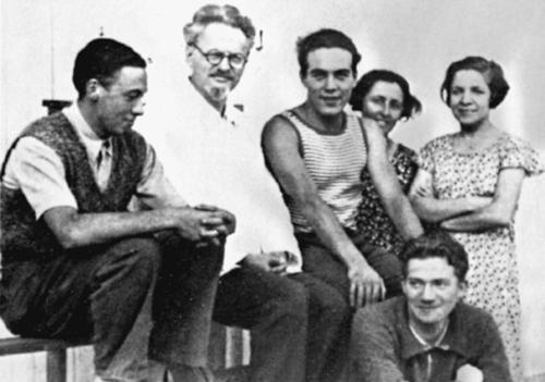 Von links: Rudolf Klement, Leo Trotzki, Yvan Craipeau,_Jeanne Martin des Pallières, Sara Jacobs und (sitzend) Jean van Heijenoort in St. Palais, August 1933 (Bild: Privatarchiv)