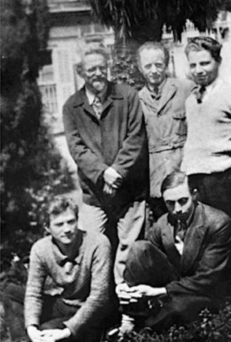 Unten (von links): Jean van Heijenoort,_ Rudolf Klement. Oben: Leo Trotzki, Arne Swabeck, Pierre Frank in Prinkipo, 1933 (Foto: Privatarchiv)