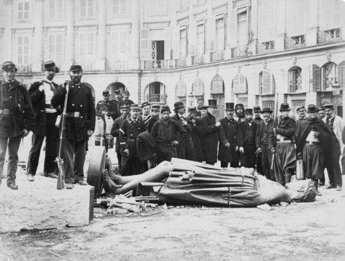 Das gestürzte Denkmal Napoléons I. [Mai 1871] (Foto: Bruno Braquehais; Gemeinfrei)